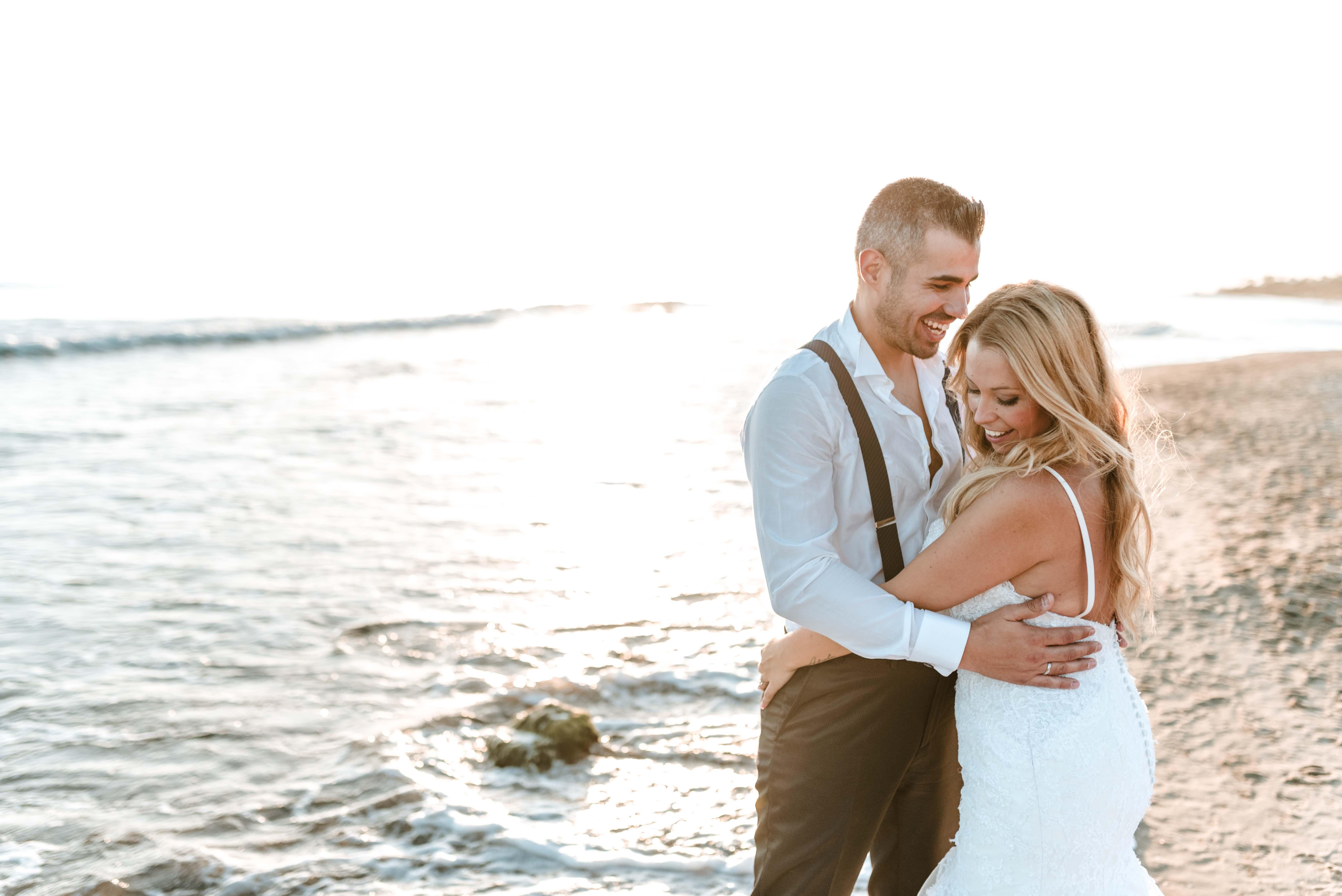 postboda pareja en playa de cabipino marbella