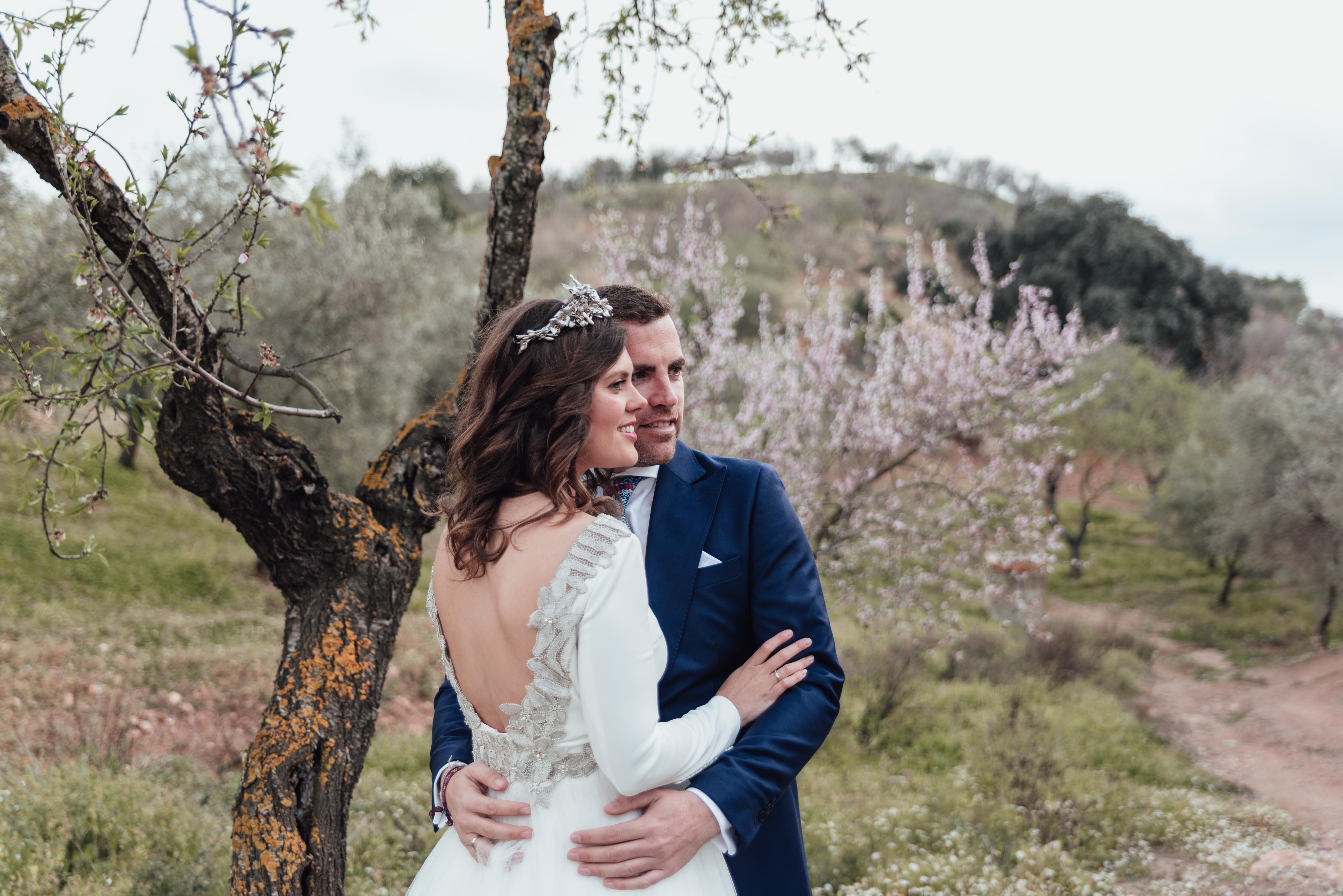 Postboda de Cris & Fran con almendros en flor en Málaga.